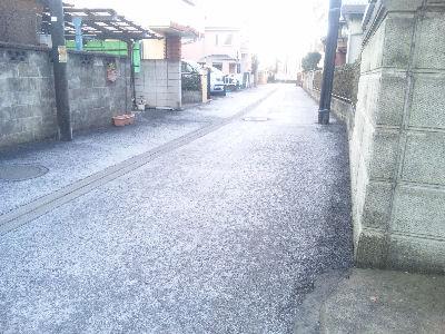 朝、凍った日野の路地