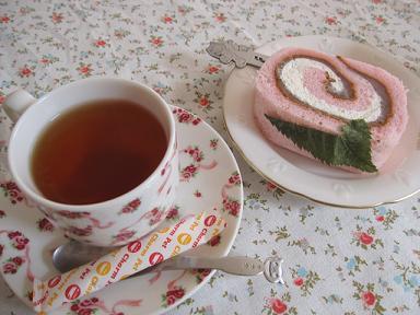 さくらの紅茶とさくらロール(笑)