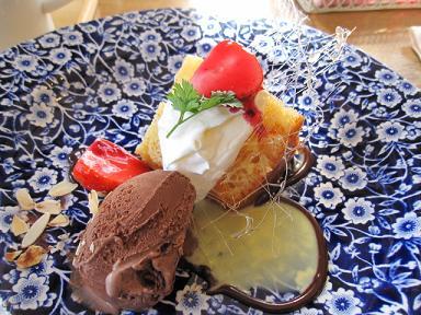 サヴァランとアーモンドチョコアイスクリーム添え