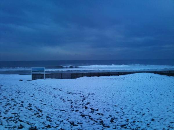 雪の降った海