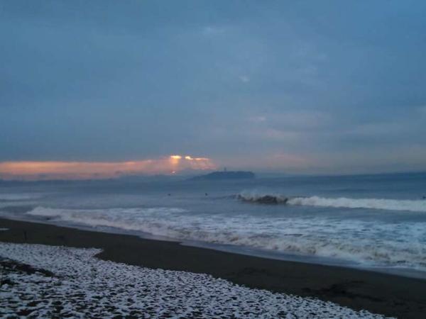 朝日が射してきた海