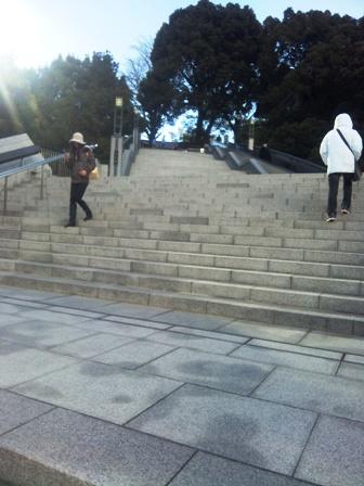 はとバスツアー_階段を登る