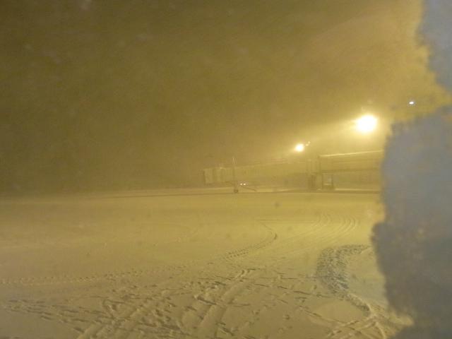 吹雪の青森空港からJALで伊丹へ…
