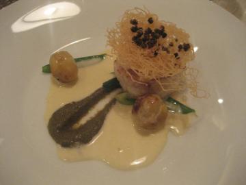 ズワイ蟹をまとった鮮魚と帆立貝のポワレ ケイパーのピュレ干し葡萄風味 カダイフ添え