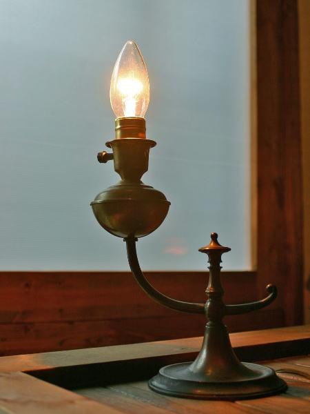 アンティークの真鍮製ランプ・・・どっしりとしていて存在感大!