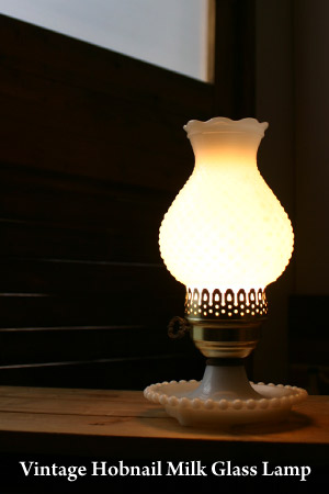 定番のヴィンテージミルクガラス製ホブネイルデスクランプ/アンティーク照明