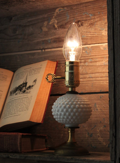 ヴィンテージ鍵付ミルクガラスミニ卓上ランプ