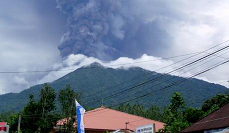 インドネシア ロコン火山が噴火