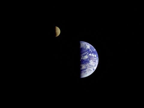 NASAの木星探査機ガリレオがとらえた地球と月の画像