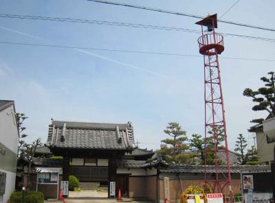 寺と火の見櫓