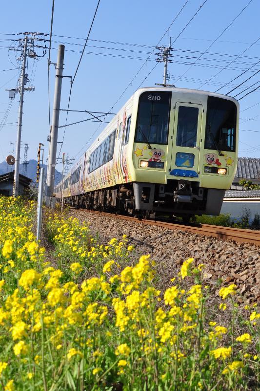 壬生川駅付近を走るアンパンマン列車