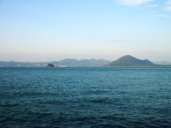 01 キャンプ場前の海
