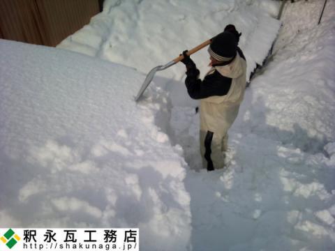 富山の屋根の雪下ろし作業中02