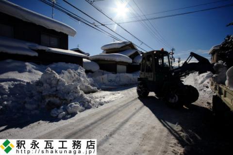 富山の屋根の雪下ろし作業中04
