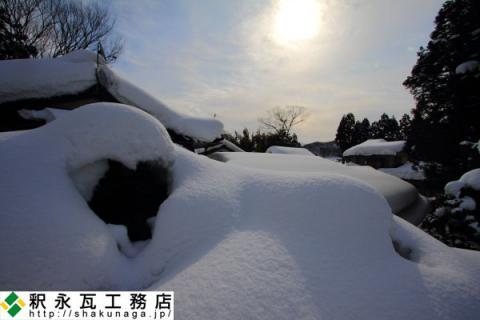 富山の屋根の雪下ろし作業中01