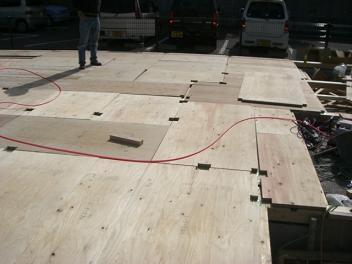 床下地合板張り作業
