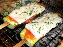 炭火・串焼き うえ多、おすすめ串「お茄子とトマトソースのチーズ焼き」