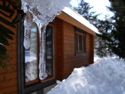 ミニつららと落ちた屋根の雪