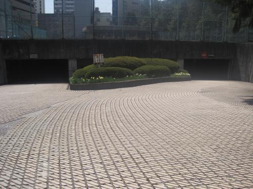 地下駐車場入口のタイル目地