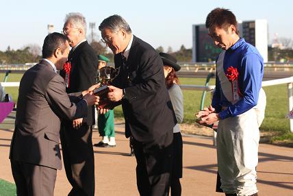 表彰式。中央でトロフィーを受け取っているのが渡邊隆オーナー