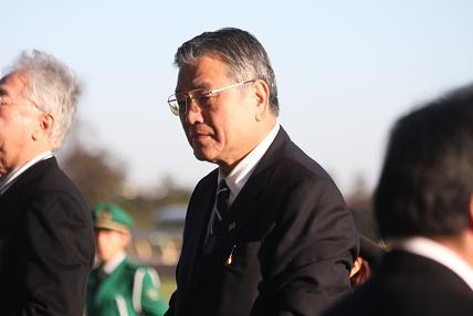 渡邊隆オーナーのアップ。お膝元の東京では勝負馬が仕込まれるので要チェックだ