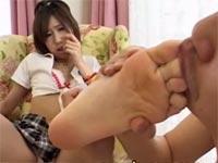 ギャルの足指を嘗め尽くして、ご褒美に足コキしてもらう!