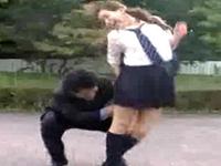 街中で無防備な女性の背後から忍び寄り指かんちょうして逃げる男