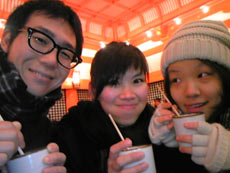 甘酒を楽しむ三人