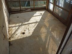鶏糞を撤収した鶏小屋