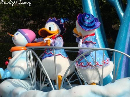 white holiday parade-donalddaisy1