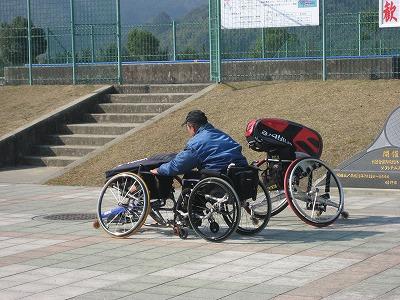 車椅子を押しながら移動する車椅子テニスプレーヤー