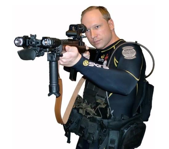銃を構える犯人