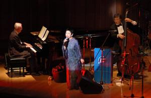 20周年Concertで演奏するエディ・ヒギンズと長田明子、ベース ジャンボ小野