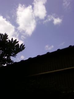 家と空と雲