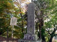本丸入り口左側石垣修復記念碑