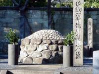 慶喜側室の墓:右:新村信、左側:中根幸の墓