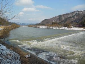 増水している伊南川