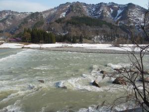 雪解け水で増水した伊南川