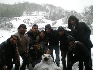 手作りの雪だるまを前に記念写真も・・・
