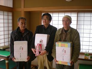 真ん中が優勝の魚山氏、大浦氏・吉本氏と記念写真を