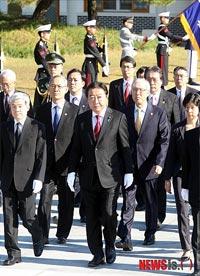 顕忠院を訪れた野田首相