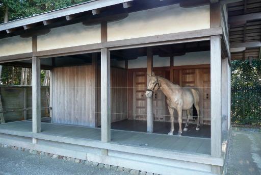 馬の像を配した厩