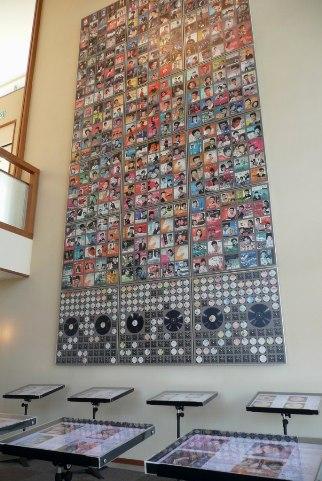 2階のレコードジャッケットの壁