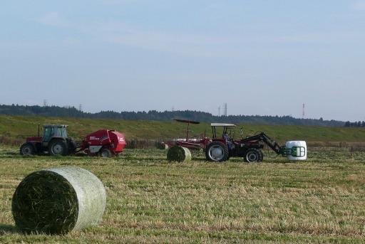 牧草刈り機(左)と移動専用機