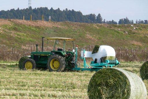 牧草の自動梱包機