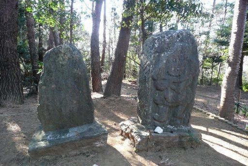 風神の石像と雷神の碑