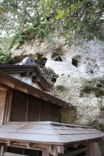 拝殿を覆う崖