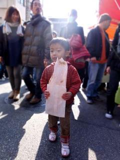 芭蕉煎餅を食べる桃侍くん2011
