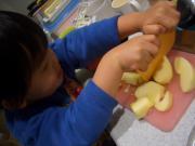 リンゴを切ってます