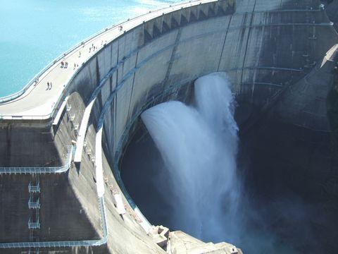 圧倒的な存在感を持つ黒部ダム